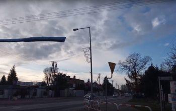 Reklamy zagrażające życiu na latarniach w Skórzewie